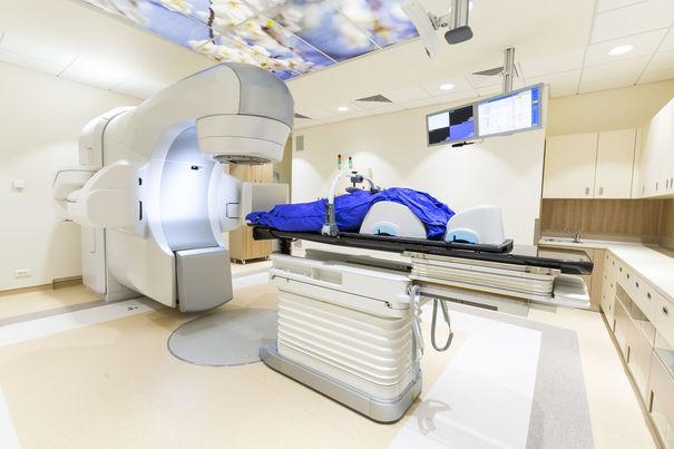 Bolnavii de cancer din Braşov, puşi pe drumuri după ce secţia de Radioterapie a fost închisă. Statistici: În România, 130 de oameni mor zilnic de cancer, deşi ar avea şanse reale de supravieţuire