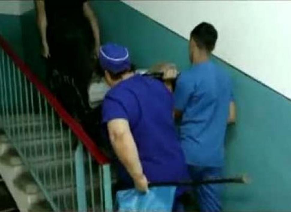 Spital fără lift! Bolnavi căraţi pe scări cu targa