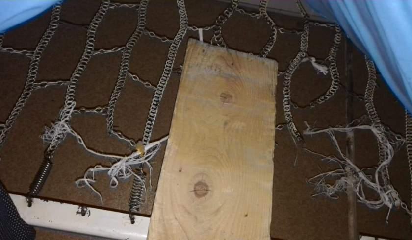 Pacienţii din Spitalul de Boli Contagioase Buzău dorm pe scânduri: 'Nici becuri nu au în saloane'