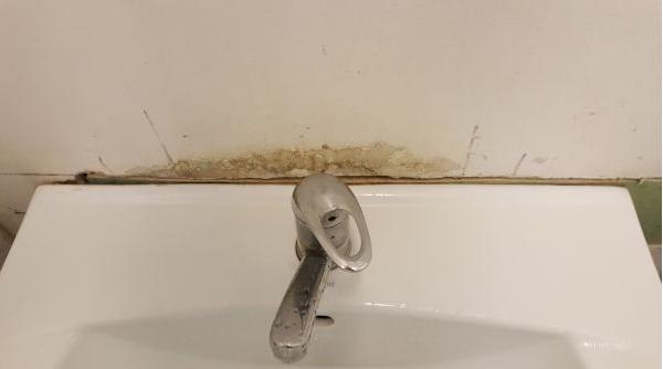 RADIOGRAFIA spitalelor bolnave: Rugină, pereţi găuriţi şi obiecte sanitare lipsă.