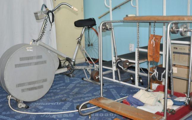 Recuperare ca în Evul Mediu. Spitalul din România în care angajaţii au venit de acasă cu şa şi lanţ pentru bicicleta medicinală rusească fabricată în 1967
