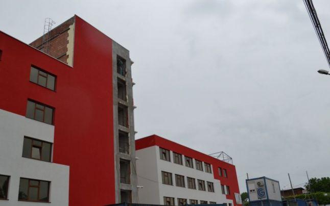 FOTO Spitalul început în urmă cu aproape trei decenii, în care se tot pompează bani, nu va fi terminat prea curând
