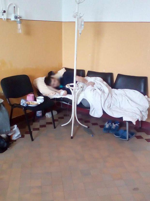 Un tânăr a fost internat pe holul spitalului din Mediaș. Patul pentru bolnavul de diabet a fost improzivat din mai multe scaune